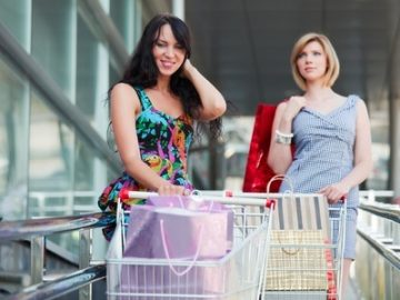 attractive-young-women-shopping