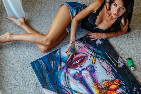 """sexy-painter """"width ="""" 800 """"height ="""" 534 """"srcset ="""" https://www.seduction.com/blog/wp-content/uploads/2013/07/sexy-painter.jpg 450w, https: // www.seduction.com/blog/wp-content/uploads/2013/07/sexy-painter-300x200.jpg 300w """"tailles ="""" (largeur max: 800px) 100vw, 800px """"/></p> <p>Mais ensuite, j'ai reçu un éclair d'inspiration et j'ai dit: """"Comment savez-vous quand il est temps de peindre?""""</p> <p>Elle m'a donné une réponse très intéressante. Dit-elle,</p> <blockquote> <p>«Je sens quelque chose dans mes mains. Mes mains me le disent. Je ressens une sensation de charge dans mes mains.</p> <p>Avant même de voir quoi que ce soit, je le sens dans mes mains. Mes mains vont sur la toile et je commence à dessiner ou à peindre. Ensuite, l'imagerie me vient à l'esprit de ce que mes mains ont mis sur le papier. »</p> </blockquote> <p>Maintenant <strong>elle ressent des sensations</strong> et <strong>mettre ses mains</strong> des endroits. 🙂</p> <p>Tout cela parce que j'ai posé une question d'une certaine manière.</p> <p>Voyez comment cela fonctionne?</p> <p>Et que, comme on dit, <em><strong>bat un coup dans les yeux</strong></em>.</p> <h3 style="""